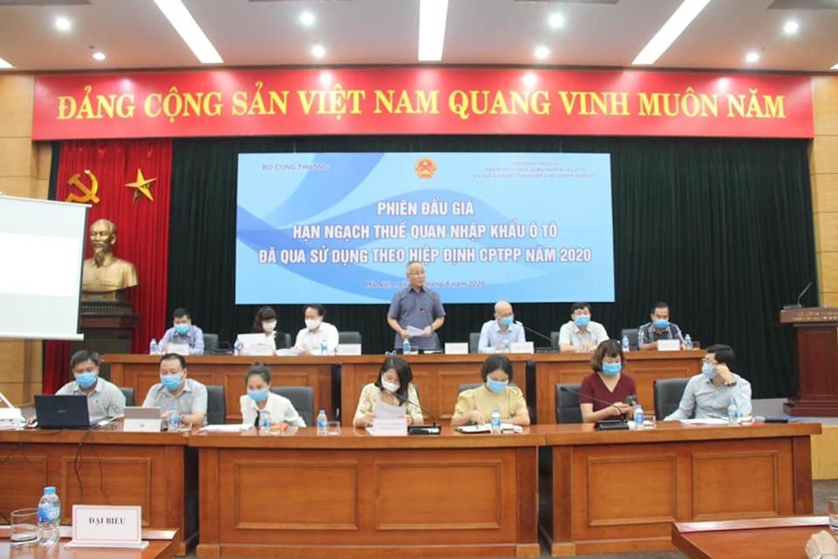 Thứ trưởng Công Thương Trần Quốc Khánh (người đứng) phát biểu tại phiên đấu giá hạn ngạch nhập khẩu ôtô qua sử dụng theo CPTPP, chiều 14/8. Ảnh: MOIT