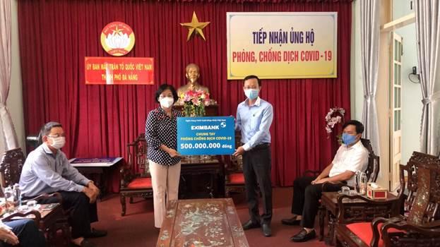 Ông Trần Tuấn Anh - Phó giám đốc Văn phòng Khu vực Eximbank miền Đông Nam Bộ - Trung Tây Nguyên đại diện ngân hàng trao biểu trưng 500 triệu đồng ủng hộ công tác phòng chống dịch tại Đà Nẵng.