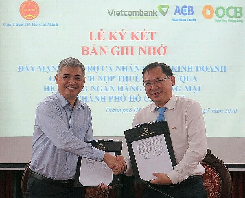 Đại diện ACB và Cục thuế TP HCM bắt tay hợp tác.