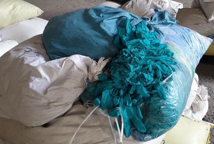 Bao tải đựng găng tay tái chế chất đống trong xưởng của Công ty TNHH MCKINLEY RESOURCE tại thời điểm kiểm tra. Ảnh: QLTT Bình Dương