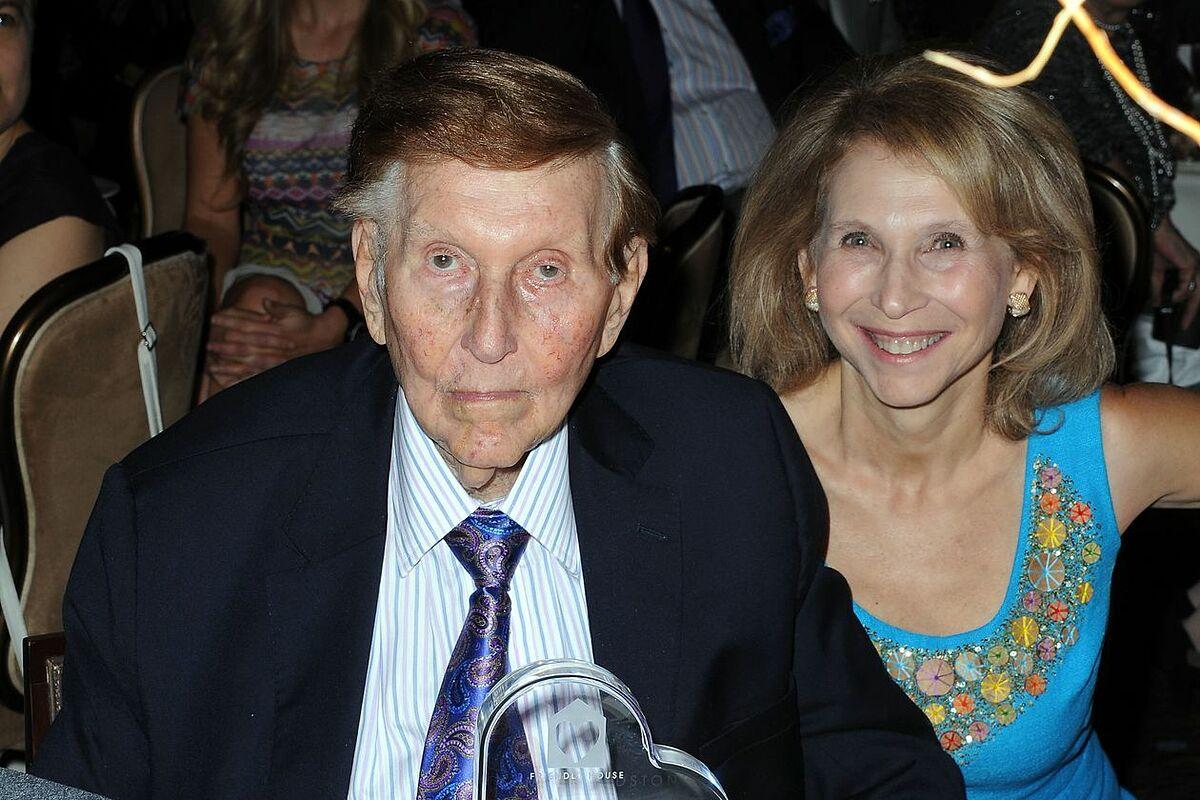 Hai cha con Sumner và Shari Redstone năm 2012. Ảnh: AP