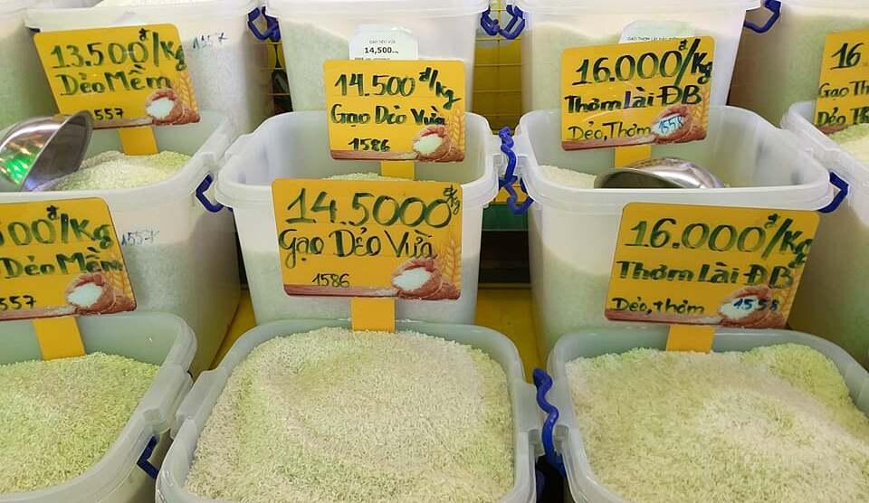 Gạo được trưng bày như ở chợ, khách có thể mua theo số lượng tùy thích. Ảnh: Thi Hà.