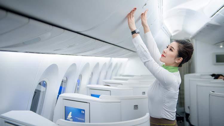 Tiếp viên Bamboo Airways kiểm tra khoang đón khách lên tàu bay.