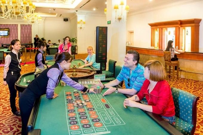 Khách nước ngoài tham gia trò chơi có thưởng tại casino Royal Halong Hotel.Ảnh: TripAdvisor.com.