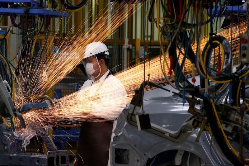 Công nhân làm việc trong một nhà máy ôtô ở Thái Lan. Ảnh: Reuters