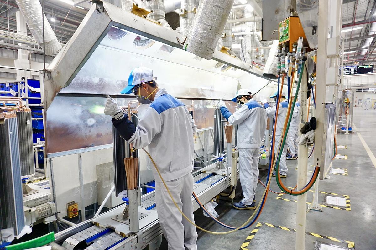 Lao động làm việc trong nhà máy Daikin tại Hưng Yên tháng 10/2019. Ảnh: Viễn Thông