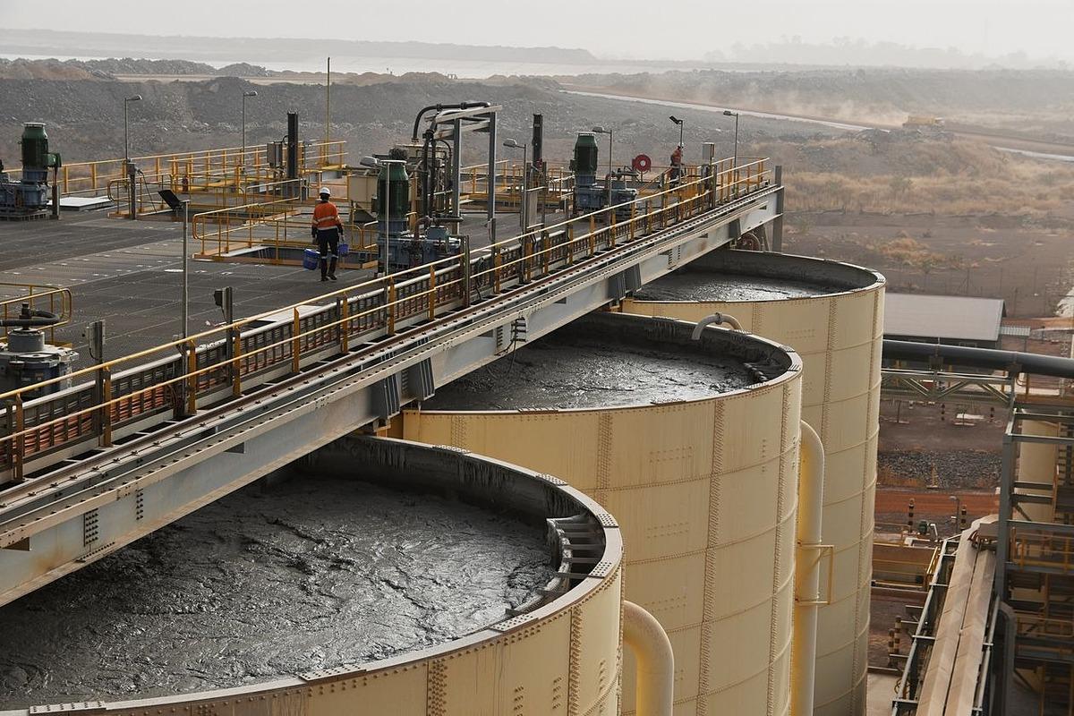 Các bồn chứa bùn để đãi ra vàng của Tập đoàn khai thác mỏ Endeavour ở Burkina Faso. Ảnh: Reuters