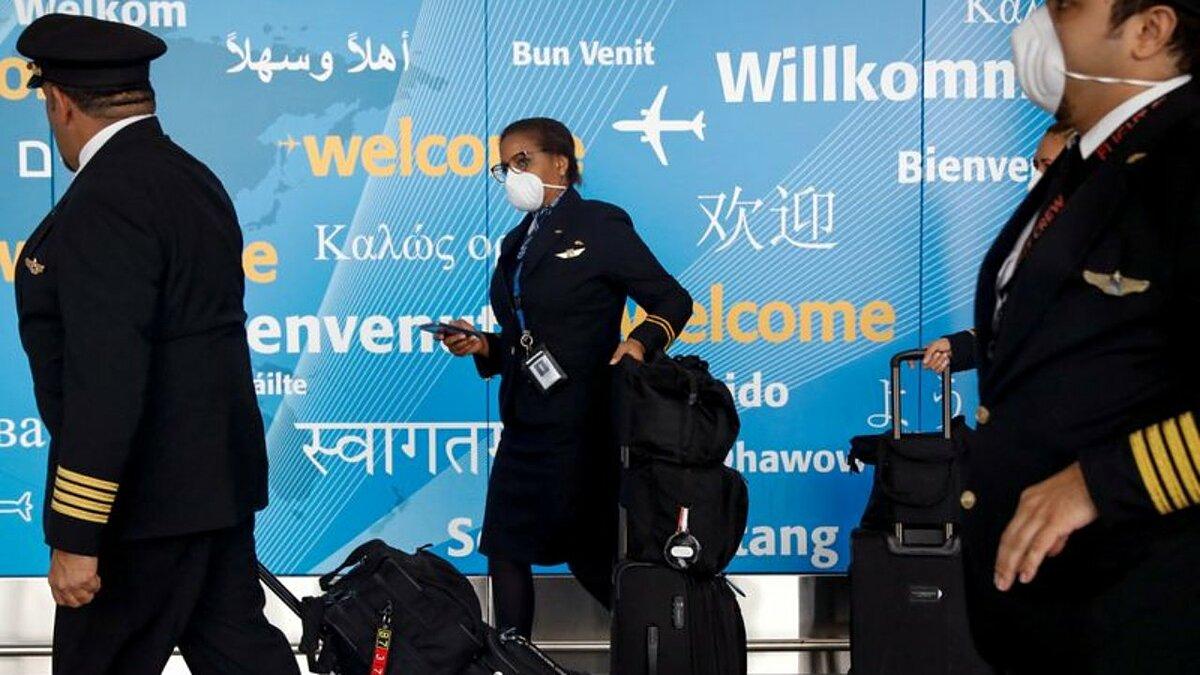 Các thành viên phi hành đoàn của một hãng bay tại sân bay John F. Kennedy (Mỹ). Ảnh: Reuters