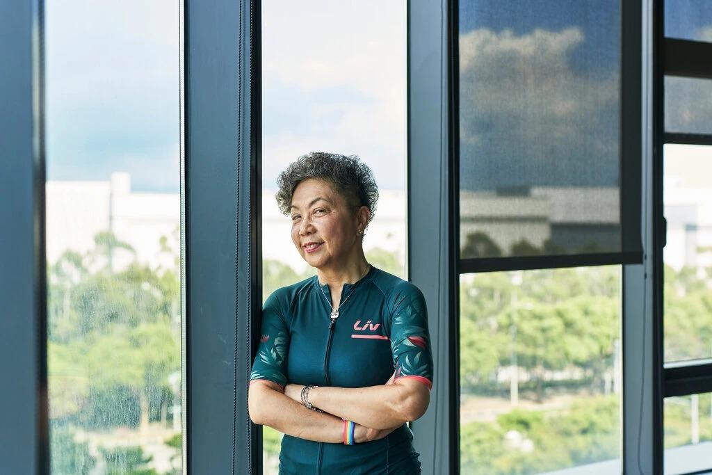 Bà Bonnie Tu, Chủ tịch của Giant năm nay 70 tuổi, đi xe đạp 3 lần mỗi tuần. Ảnh: NYT