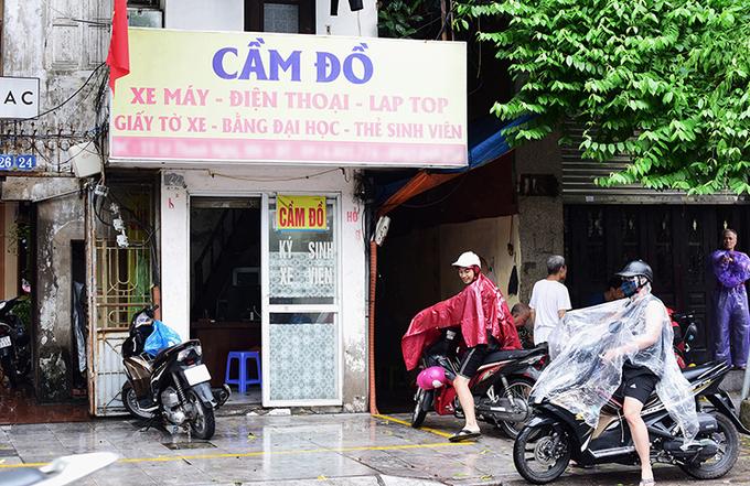 Cửa hiệu cầm đồ gần một trường đại học tại Hà Nội. Ảnh: Hoàng An.