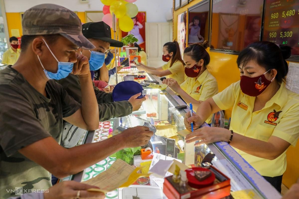 Người dân giao dịch vàng miếng tại một cửa hàng ở Bình Thạnh, TP HCM. Ảnh: Quỳnh Trần.