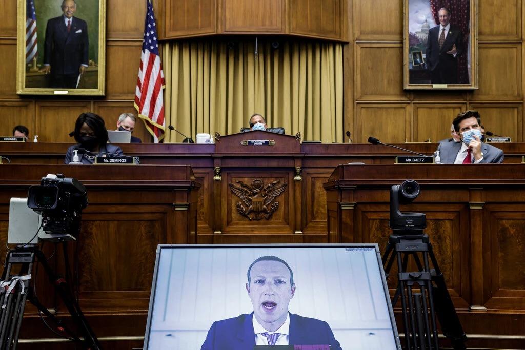 Màn hình tưởng thuật phát biểu của Mark Zuckerberg, CEO Facebook tại phiên điều trần gần đây ở Hạ viện Mỹ. Ảnh: NYT