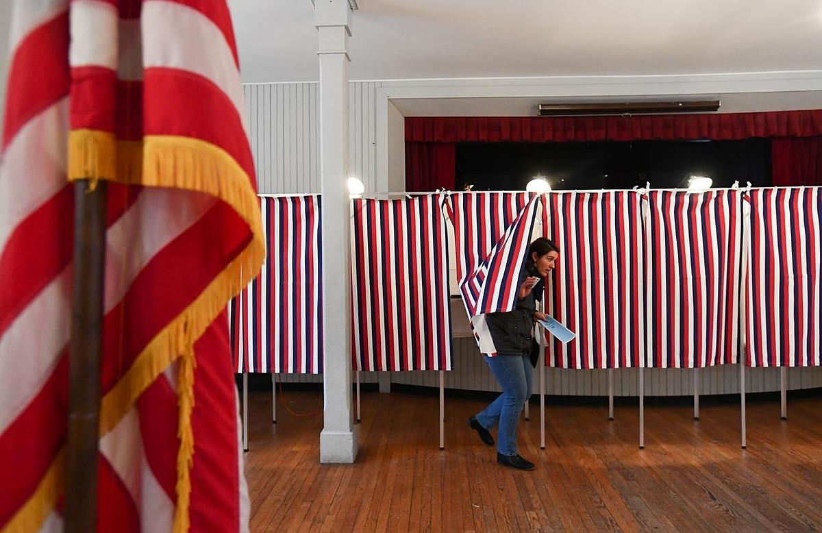 Một cử tri rời phòng bỏ phiếu sau khi bỏ phiếu trong cuộc bầu cử sơ bộ ở Greenfield, New Hampshire, ngày 11/ 2/2020. Ảnh: Reuters