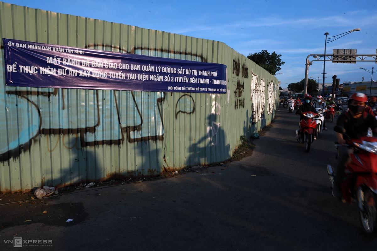 Mặt bằng nhà ga S10 Phạm Văn Bạch đã bàn giao cho Ban quản lý đường sắt đô thị thành phố, đang được rào chắn để chờ thi công. Ảnh: Hữu Khoa