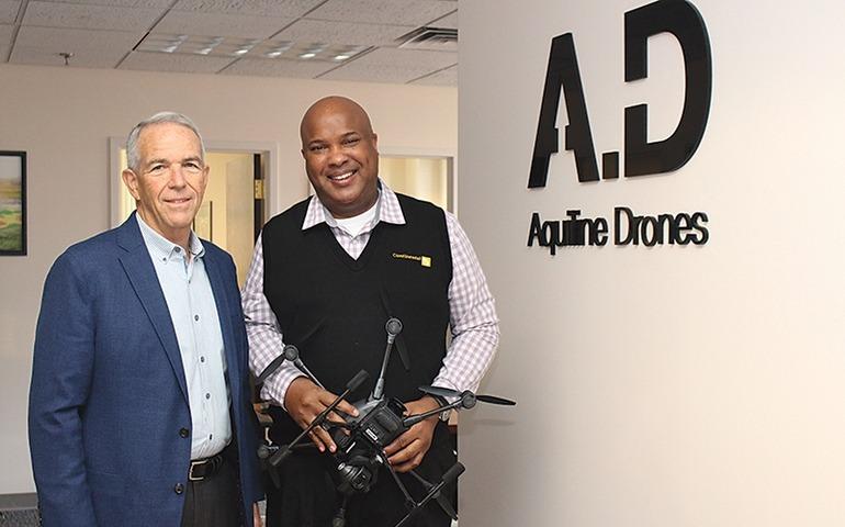 Barry Alexander (bên phải) và cố vấn chiến lược chính Brooks Bash, một trung tướng không quân đã nghỉ hưu. Ảnh: HBJ