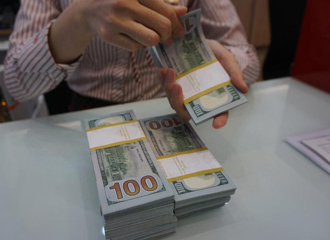 Khách hàng giao dịch USD tại một ngân hàng. Ảnh: Anh Tú