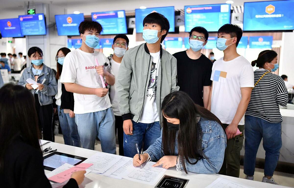 Người tham gia một hội chợ việc làm cho sinh viên tốt nghiệp tại An Huy hồi tháng 6. Ảnh: Reuters