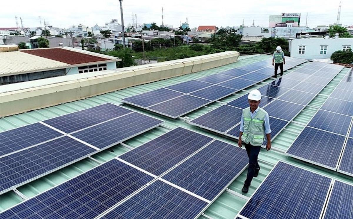 Công nhân lắp đặt điện mặt trời mái nhà tại TP HCM. Ảnh: EVNHCM