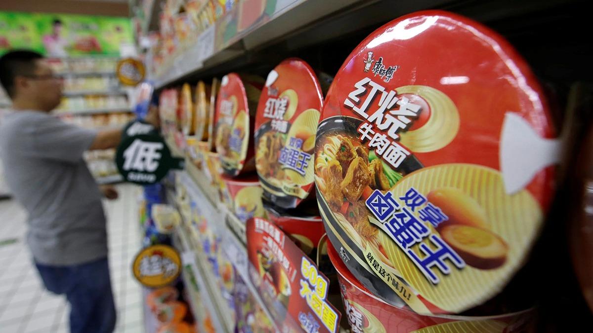 Mỳ ăn liền của Tingyi được bày bán ở Trung Quốc. Ảnh: Reuters
