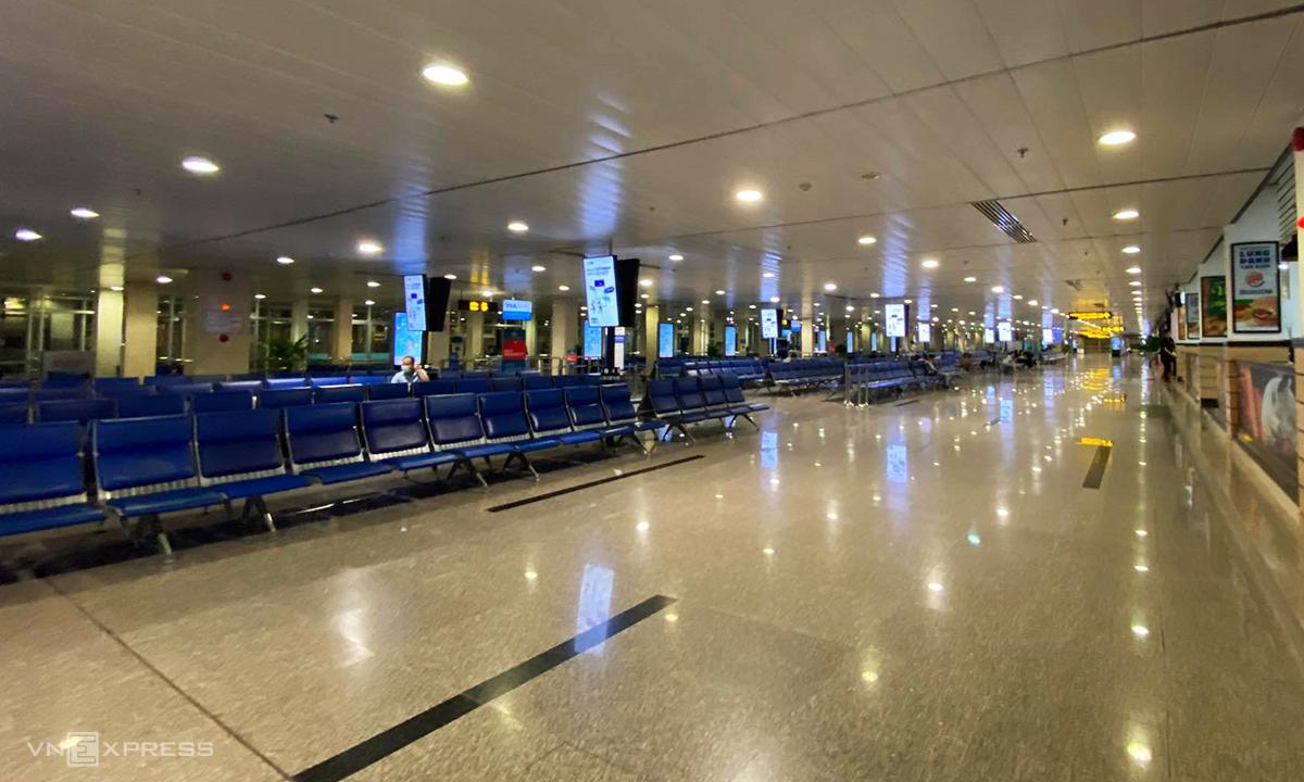 Phòng chờ sân bay Tân Sơn Nhất chỉ có một vài khách tối 25/8. Ảnh: Anh Tú