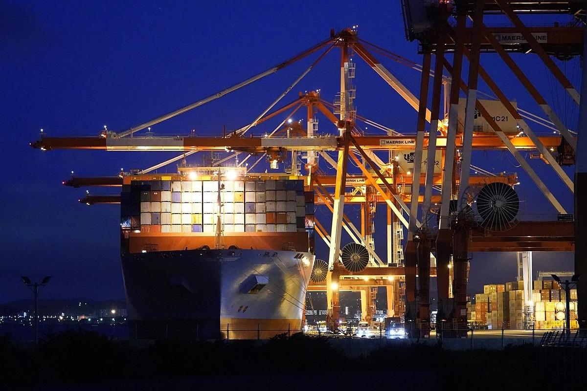 Một tàu container neo đậu ở Yokohama, Nhật Bản. Ảnh: Bloomberg