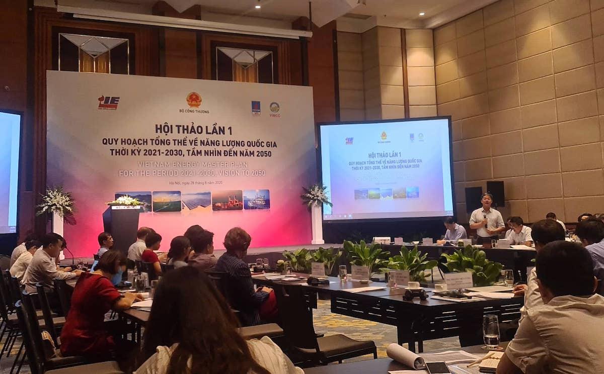 Đại biểu góp ý kiến tại hội thảo về quy hoạch tổng thể năng lượng quốc gia, ngày 28/8. Ảnh: Anh Minh.