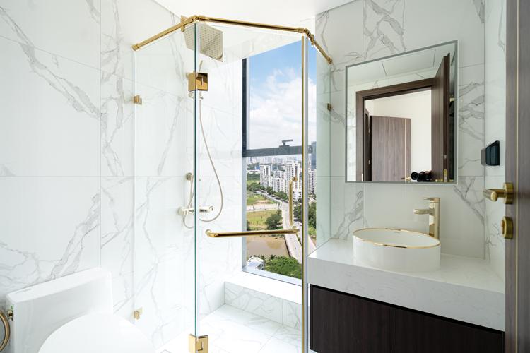 Tất cả thiết bị vệ sinh như nhà tắm đứng, vòi rửa, lavabo, phụ kiện phòng tắm... đều được dát vàng. Tính tới thời điểm hiện tại, Sunshine Group là đơn vị đầu tiên trên thị trường TP HCM bàn giao thiết bị vệ sinh dát vàng cho cư dân, chủ đầu tư khẳng định.
