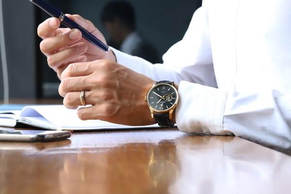 Đồng hồ Philippe Auguste 6 kim PA5004A thu hút với mặt đen lịch lãm.
