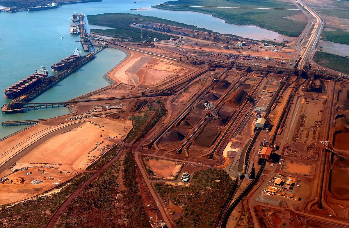 Tàu chờ quặng sắt tại cảng Hedland thuộc bang Western Australia. Ảnh: Reuters