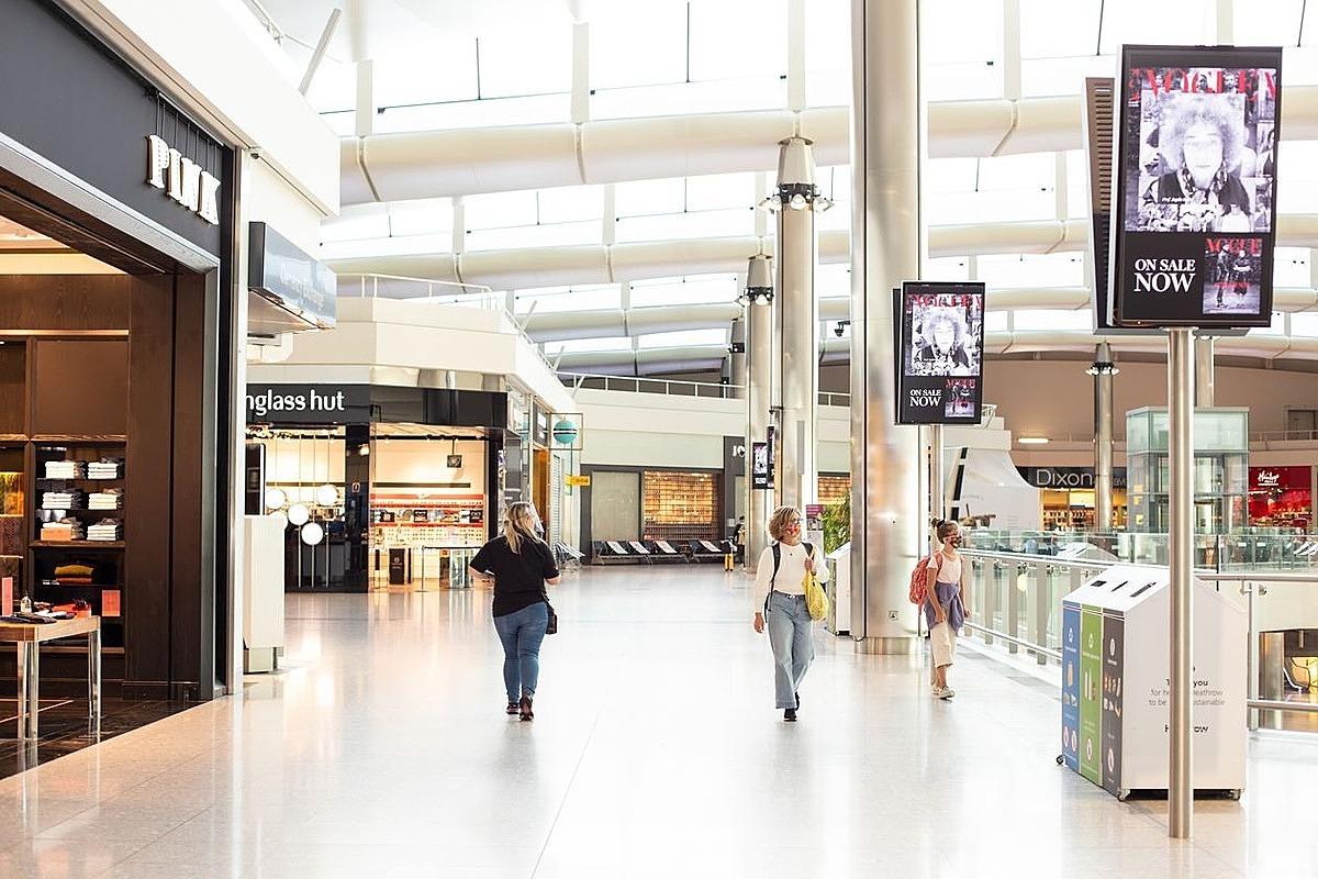 Hành khách thưa thớt tại khu mua sắm của sân bay Heathrow gần đây. Ảnh: WSJ