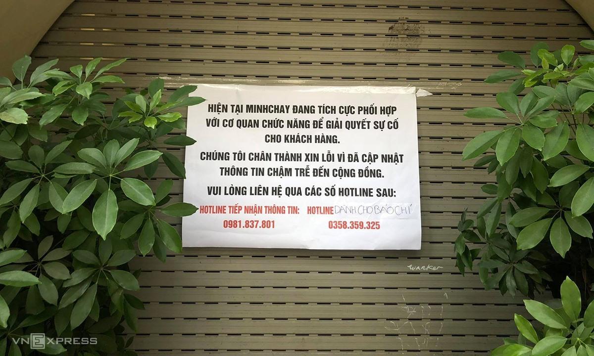 Thông báo trước nhà hàng Minh Chay - một địa điểm bán hàng và nhận đổi trả tại 30 Mã Mây (Hà Nội) của Minh Chay chiều 31/8. Ảnh: Anh Tú.