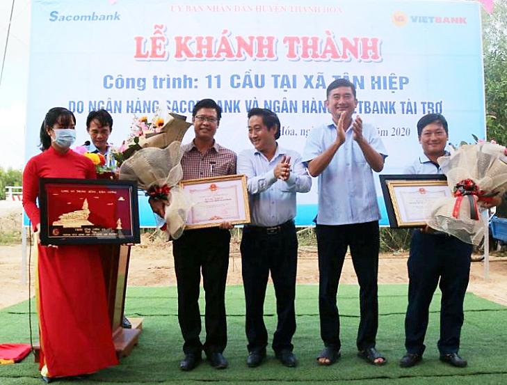 Ông Dương Nhất Nguyên - Phó chủ tịch hội đồng quản trị Vietbank (ngoài cùng bên phải) nhận Bằng khen và Kỷ niệm chương từ lãnh đạo tỉnh Long An. Ảnh: Vietbank.