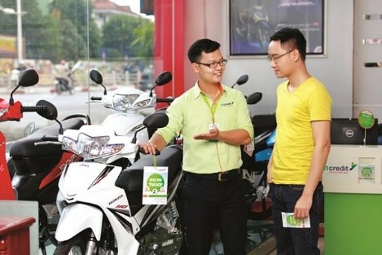 Khách hàng có thể mua hàng trực tiếp tại các cửa hàng điện máy, xe máy đối tác của Mcredit và hưởng ưu đãi mùa tựu trường. Ảnh: Mcredit.