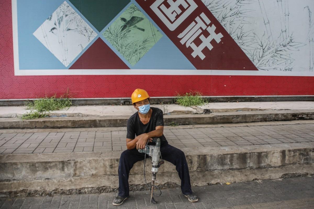 Một công nhân tại Trung Quốc nghỉ giải lao. Ảnh: EPA-EFE