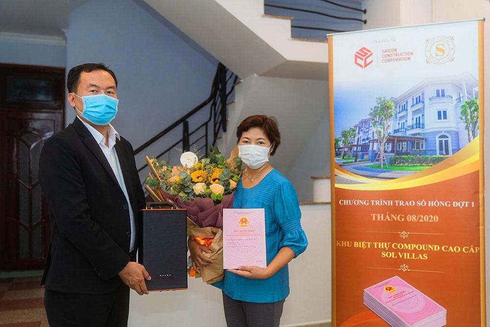 Đại diện công ty SCC trao sổ hồng tận nhà cho cư dân. Ảnh: SCC.