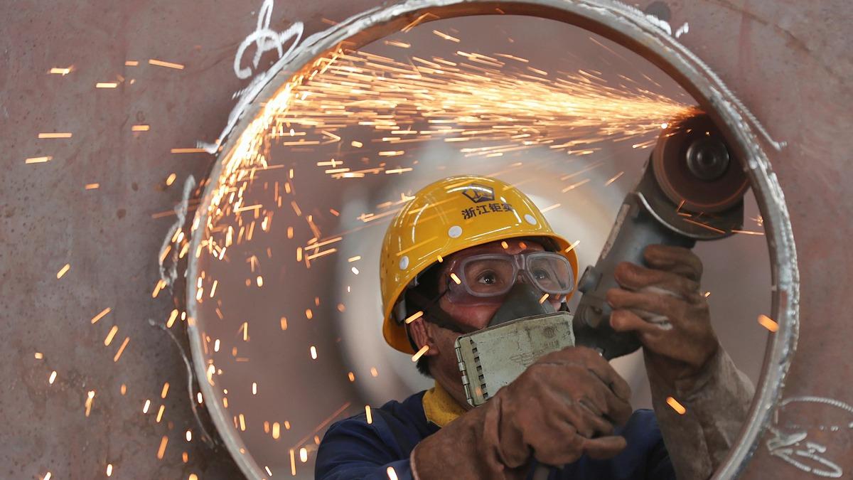 Một công nhân đang làm việc tại Hồ Châu, Trung Quốc ngày 17/5. Ảnh: Reuters