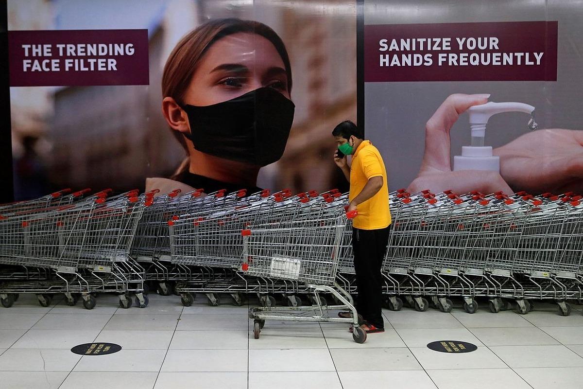 Một người mua sắm đi mua hàng ở một trung tâm thương mại tại Mumbai hôm 5/8. Ảnh: Reuters