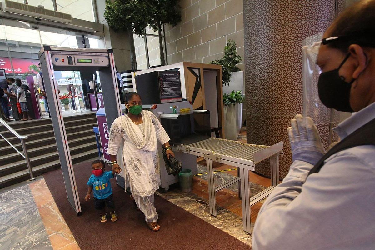 Người tiêu dùng tại một trung tâm thương mại đã mở cửa trở lại ở Mumbai. Ảnh: Zuma Press