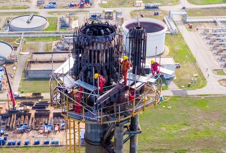 Những người thợ PVN đang bảo dưỡng phân xưởng Flare (đốt đuốc) tại nhà máy lọc dầu Dung Quất.