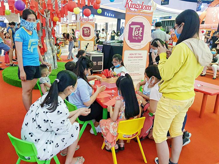 Trẻ nhỏ vui chơi trong lễ hội bánh trung thu tại Vạn Hạnh Mall.