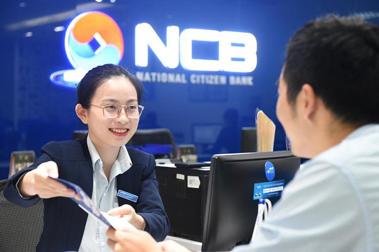 Nhân viên của NCB tư vấn khách hàng tại một điểm giao dịch.