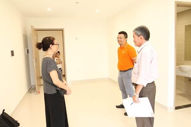 Song thân của một cán bộ nhân viên FPT Software nhận bàn giao căn hộ mới thay con.