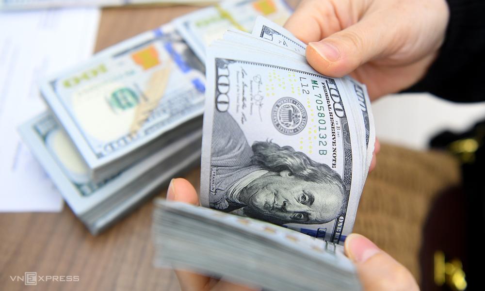Giao dịch USD tại một ngân hàng thương mại. Ảnh: Giang Huy.