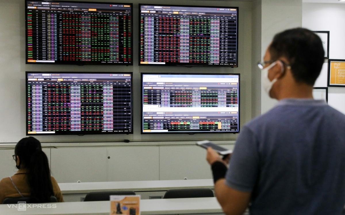 Nhà đầu tư cá nhân giao dịch tại một sàn chứng khoán ở TP HCM. Ảnh: Quỳnh Trần.