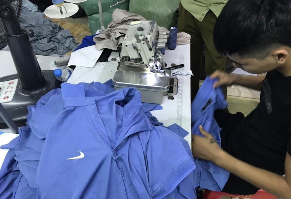 Công nhân Công ty May Đăng Linh HD đang gia công sản phẩm nhái nhãn hiệu Nike. Ảnh: Quyên Lưu.