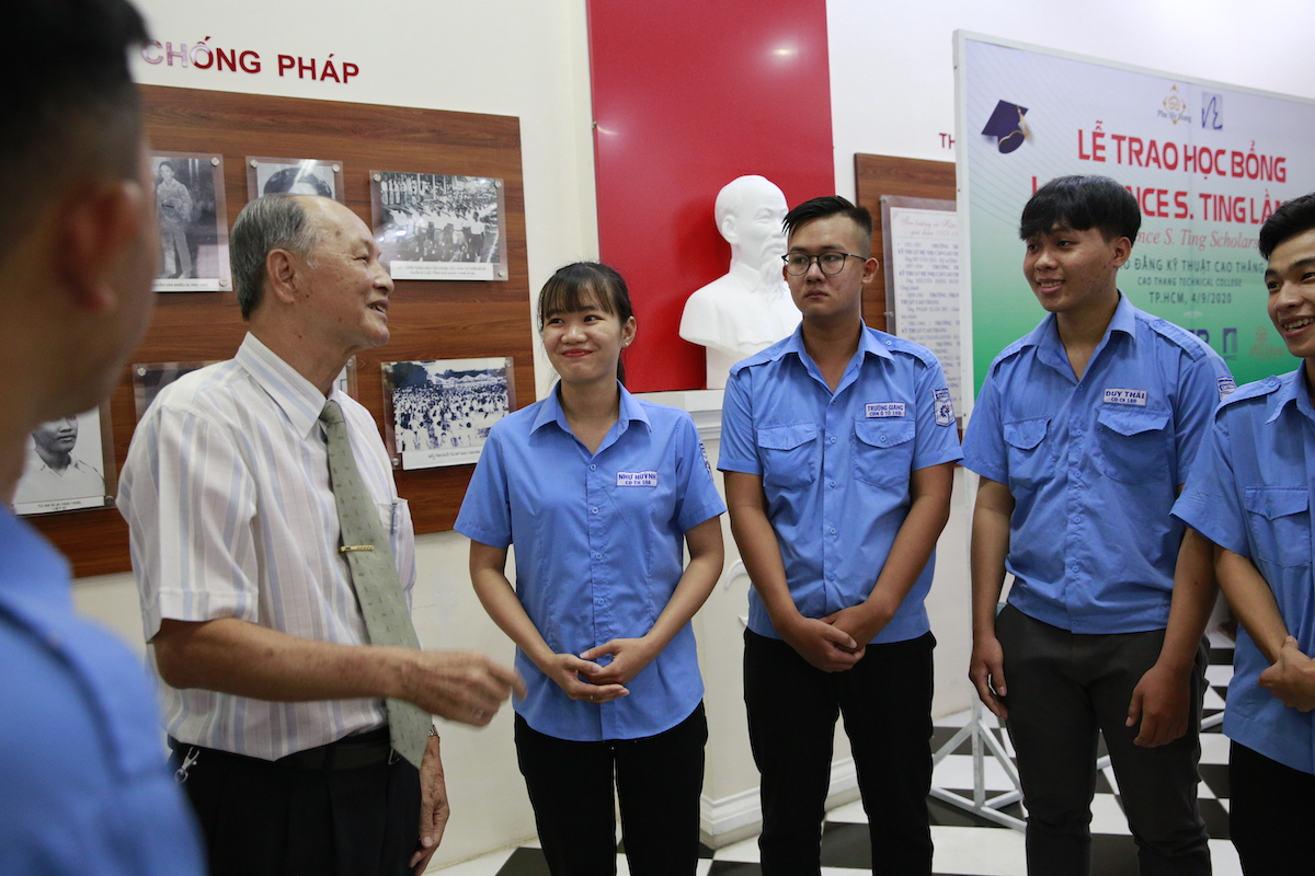 Ông Phan Chánh Dưỡng, giám đốc Quỹ Lawrence S. Ting trò chuyện, động viên các sinh viên được nhận học bổng Lawrence S. Ting 2020 tại trường Cao đẳng Kỹ thuật, ngày 4/9. Ảnh: Nguồn.