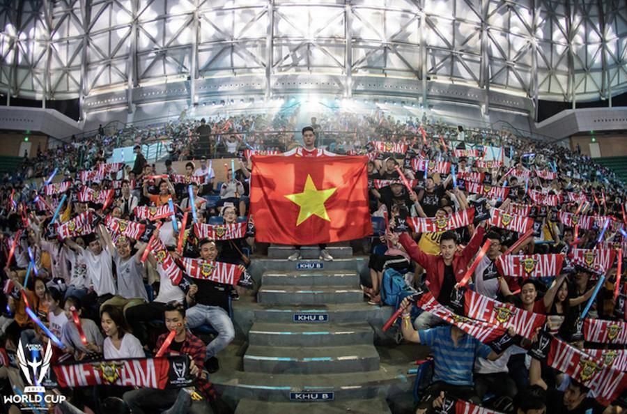Cổ động viên Việt Nam trong trận chung kết thế giới 1 bộ môn Esports.