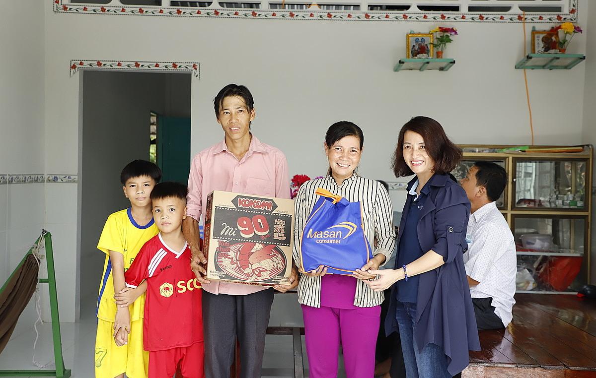 Đại diện Masan Consumer (áo xanh đen) trao quà cho hộ dân khó khăn tại xã Hòa Mỹ, huyện Phụng Hiệp, tỉnh Hậu Giang. Ảnh: Masan Consumer.