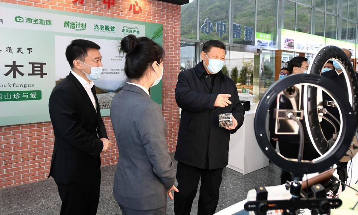 Ông Tập nói chuyện với người dẫn livestream bán nông sản ở tỉnh Thiểm Tây, Trung Quốc. Ảnh: CNN.