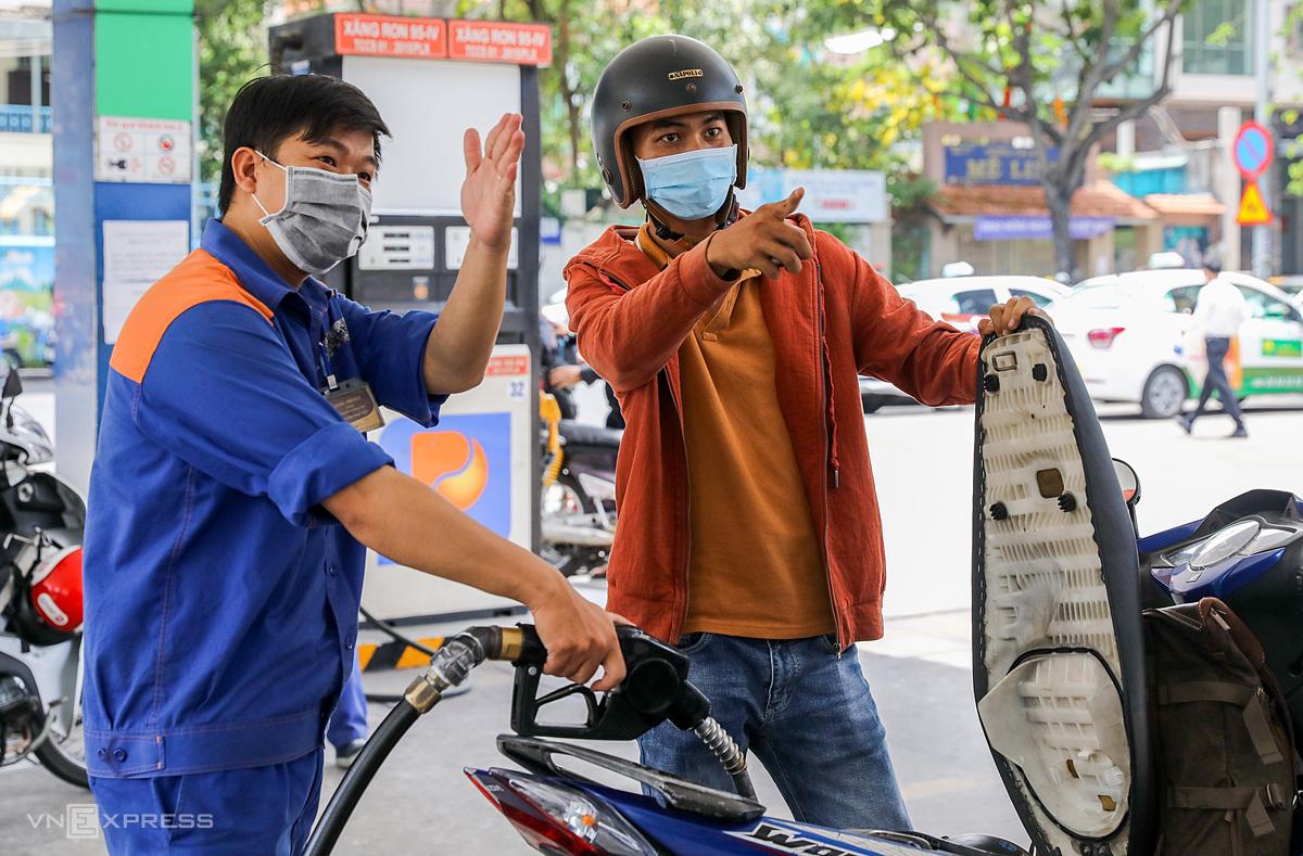 Người dân đổ xăng tại cửa hàng ở quận 1 (TP HCM). Ảnh: Quỳnh Trần.